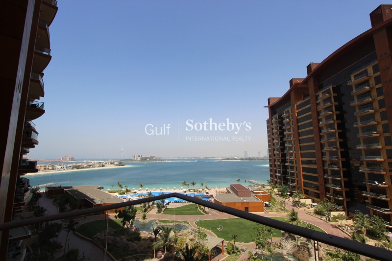 Vacant Sea And Pool View Stunning Unit